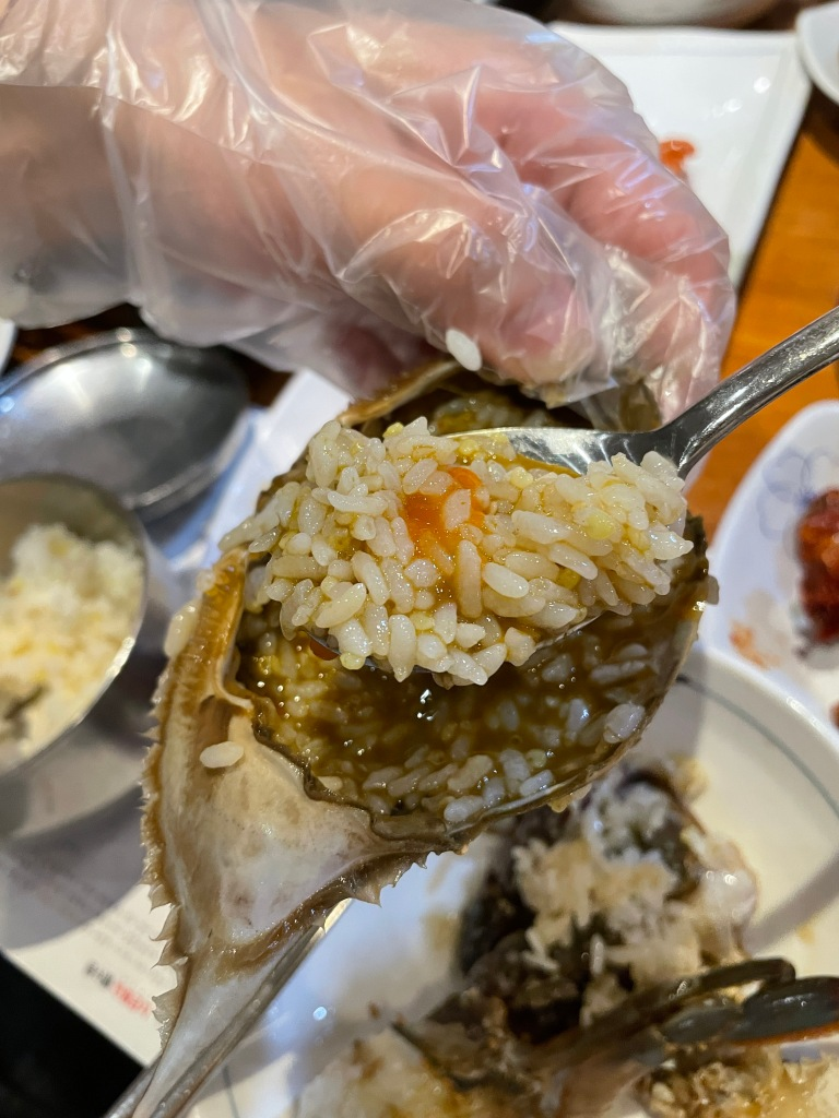 Mix the rice in the crab shell!